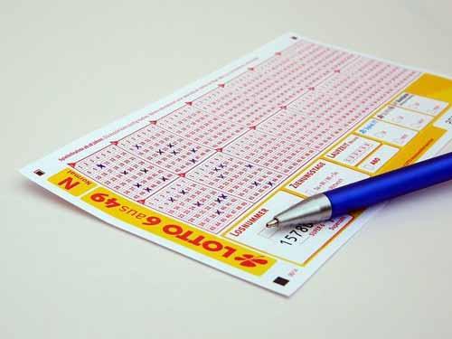 Un ticket de lotería con números marcados